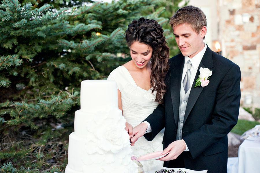 cascading-rose-wedding-cake
